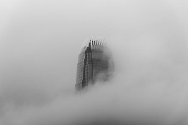 International finance centre, ook wel bekend als de hong kong finger tussen de prachtige wolken