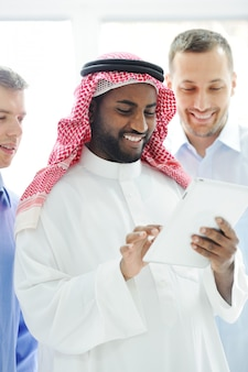 Internationale bedrijfsgroep planning op tablet