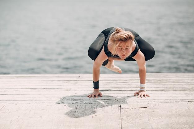 Internationale dag van yoga. jonge vrouw, beoefenen, hatha, yoga, op, meer kust,