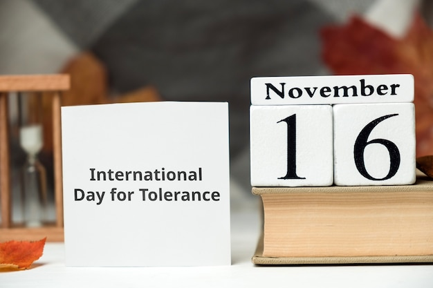 Internationale dag voor tolerantie met boek en zandloper