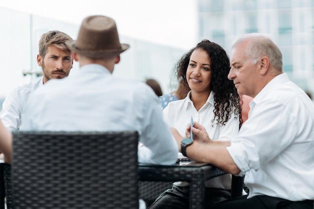 Internationale groep zakenmensen die aan een discussietafel zitten