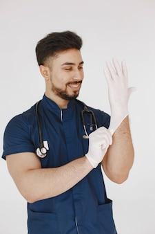 Internationale medische student. man in een blauw uniform. arts met een stethoscoop.