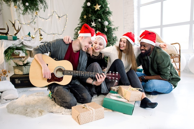 Internationale mensen vieren samen kerstmis en nieuwjaar