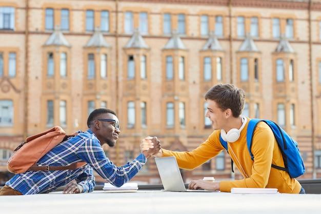 Internationale studenten handen schudden