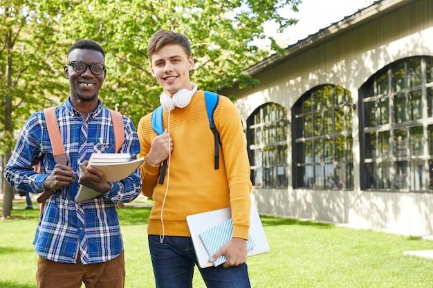 Internationale studenten poseren buitenshuis