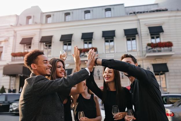 Internationale vrienden slaan de hand op straat