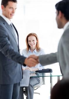 Internationale zakenlieden begroeten elkaar bij een baangesprek