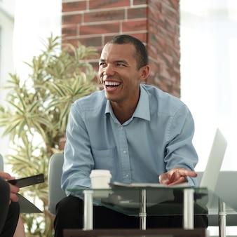 Internationale zakenpartners bij het onderhandelen over een nieuw contract op kantoor
