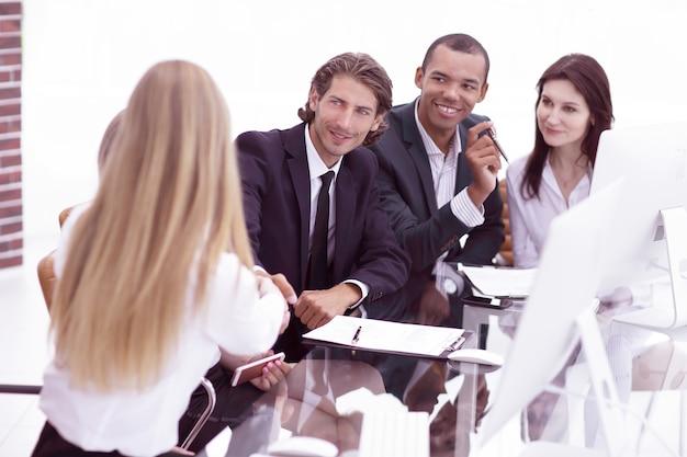 Internationale zakenpartners schudden elkaar de hand tijdens de talks.the concept van partnerschap