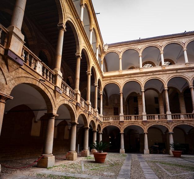 Interne collonade koninklijke kapel van het normandische paleis in palermo