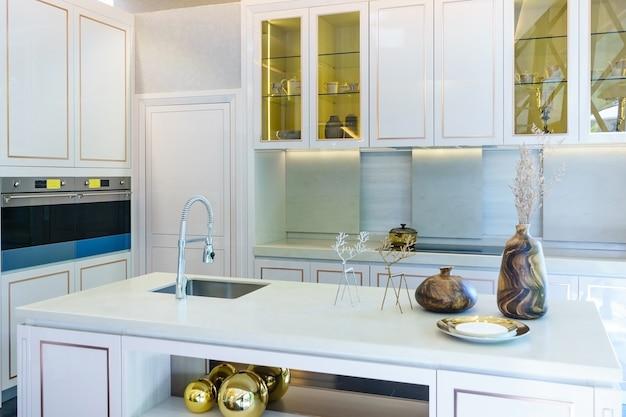 Interne opname van een moderne keuken op de voorgrond de waterkraan en gootsteen