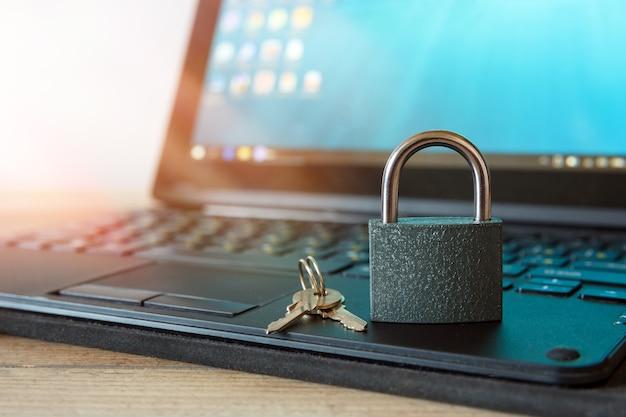 Internet computerbeveiliging en netwerkbeveiliging concept hangslot en sleutel