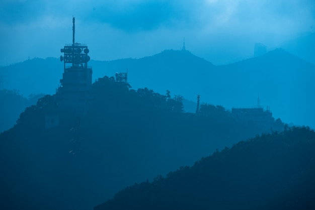 Internet en satelliettorens op de bergen