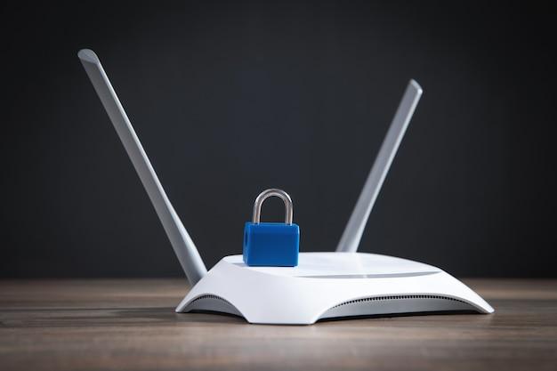 Internetrouter met hangslot. netwerkbeveiliging