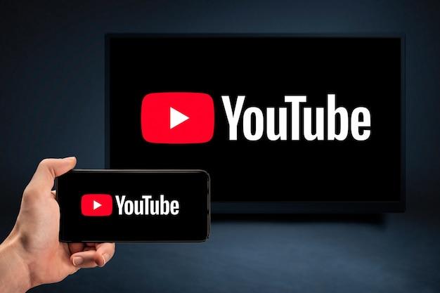 Internetservice youtube op video-hostingwebsite voor telefoon en tv-scherm Premium Foto