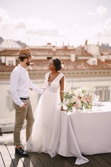 Interraciaal bruidspaar. bestemmingshuwelijk in florence, italië