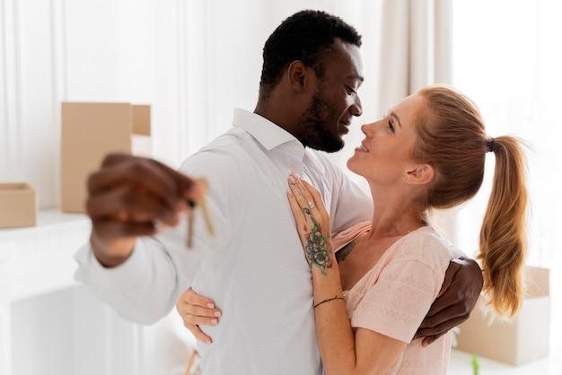 Interraciaal koppel maakt zich klaar om te verhuizen