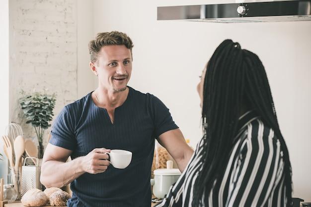 Interraciaal paar dat een goede tijd samen in het moring heeft thuis
