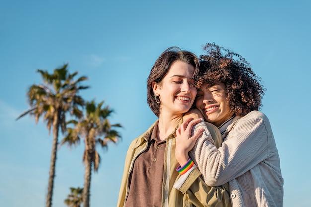 Interraciaal vrouwelijk paar verliefde homo-vrouwen