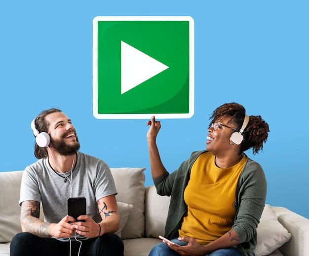 Interracial paar dat aan muziek luistert