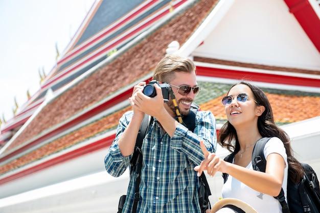 Interracial toeristenpaar die van hun verbazende reis genieten rond bangkok thailand
