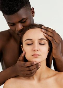 Interraciale mensen die samen poseren