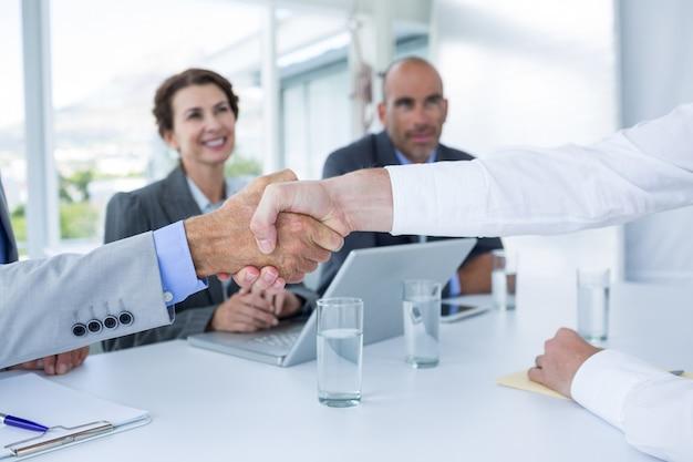 Interviewpanel handen schudden met sollicitant