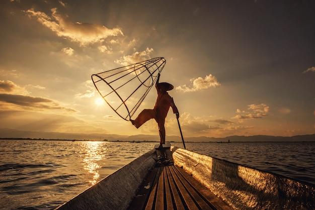 Intha birmese vissers die op boot vissen traditioneel vangen bij inle-meer, shan state, myanmar