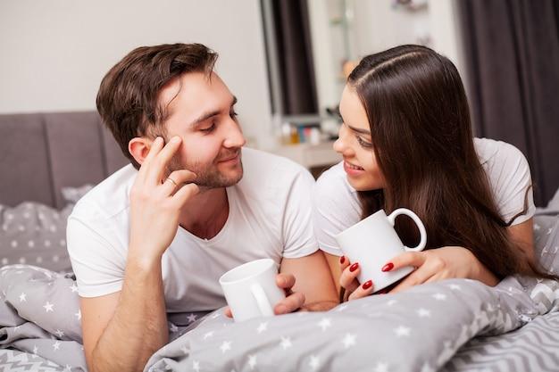 Intiem sensueel jong koppel in slaapkamer genieten van elkaar
