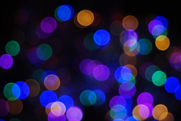 Intreepupil glare van de van de kerstboom, tegen de nachtelijke hemel, een feestelijke achtergrond.
