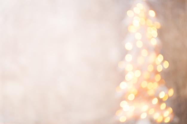 Intreepupil kerstboom silhouet met wazig licht.