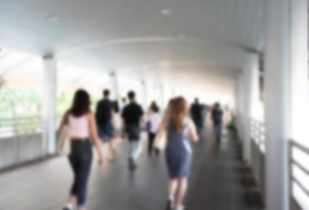 Intreepupil menigte met medische maskers voor bescherming tegen virussen en wandelen in de loopbrug, coronavirus, china covid-19 virusepidemie, pandemie, uitbraak en luchtvervuiling concept
