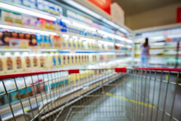 Intreepupil vervaging van supermarktschappen met zuivelproducten. achtergrond wazig met bokeh. onscherpe afbeelding