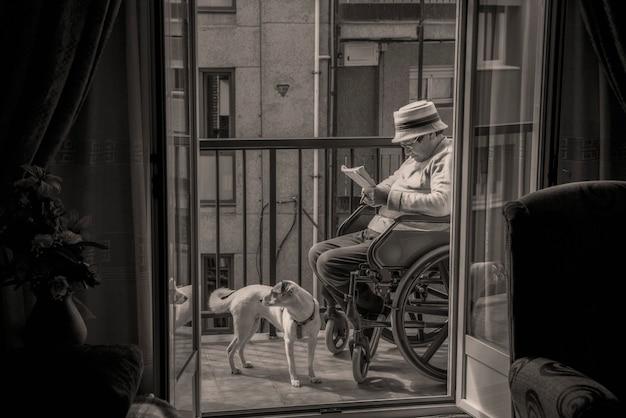 Invalide dame met haar huisdier