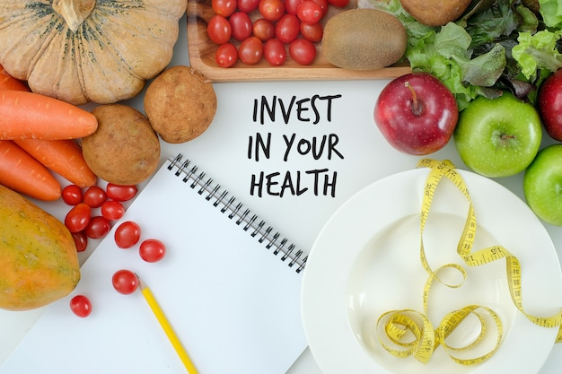 Investeer in uw gezondheid, gezonde levensstijl concept met dieet en fitness, fit worden, fitnessapparatuur en gezonde voeding