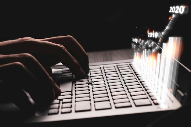 Investeerder handpers typen op toetsenbord voor het tekenen van financiële bedrijfsgrafiek voor analyse-effectenbeurs. waarde investering concept.