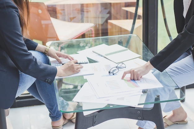 Investeerders joint venture met klanten, secretaris contact met het werk met succes.
