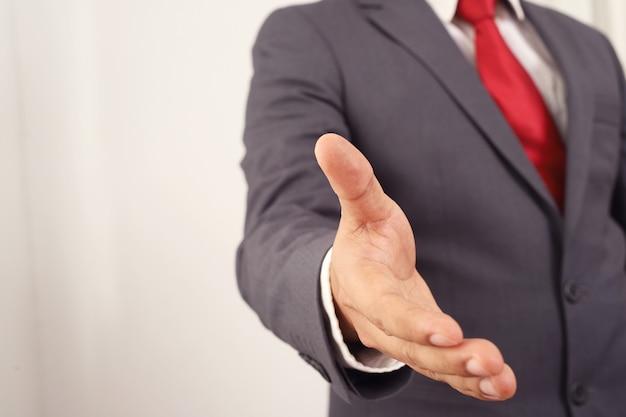 Investeerders spreiden hun handen om ondernemers de hand te schudden.