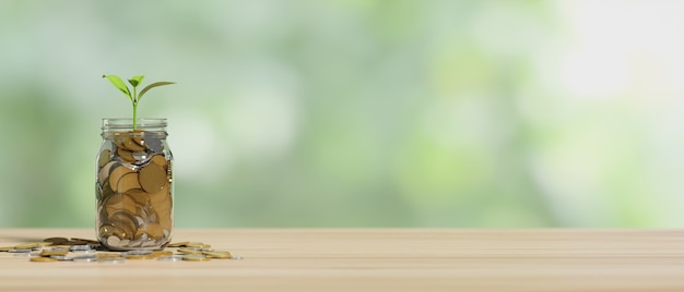 Investeringen en besparingen concept munten in glazen pot met groeiende plant op houten tafel met kopie ruimte in onscherpe achtergrond