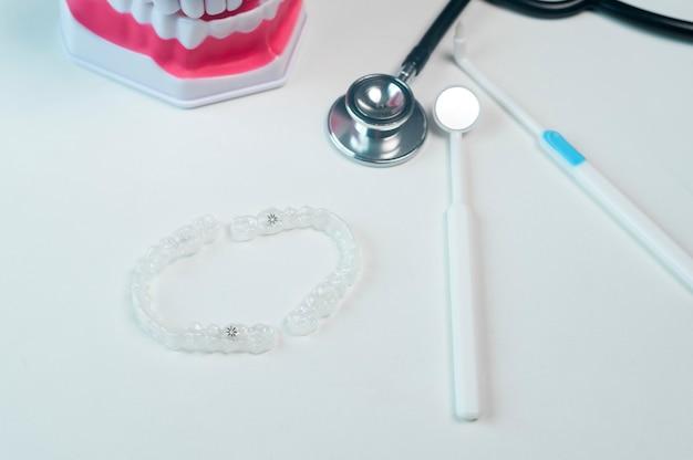 Invisalign beugels en hulpmiddelen voor tandheelkundige zorg, tandheelkundige gezondheidszorg en orthodontisch concept.