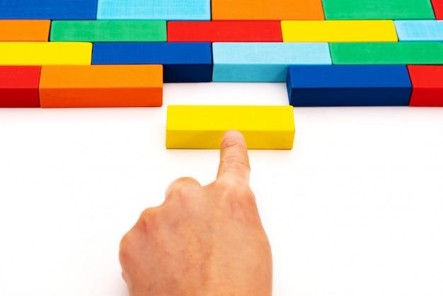 Invullen bedrijfsoplossingenconcept, een stuk van houten blokpuzzel die in een lege ruimte past