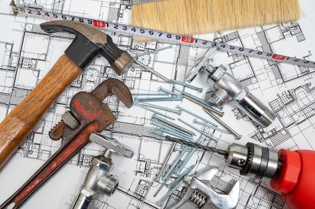 Inzameling van bouwhulpmiddelen op een witte achtergrond. reparatie onderhoudsconcept.