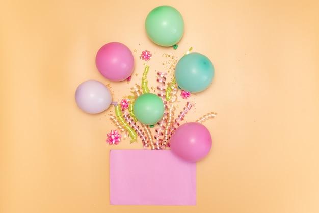 Inzameling van de roze voorwerpen van de verjaardagspartij in een giftdoos