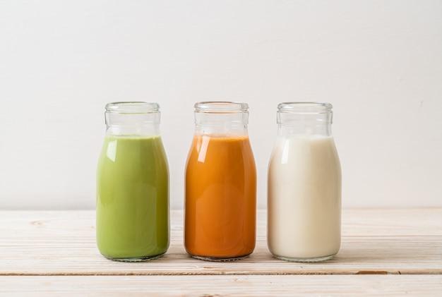 Inzameling van drank thaise melkthee, matcha groene thee latte en verse melk