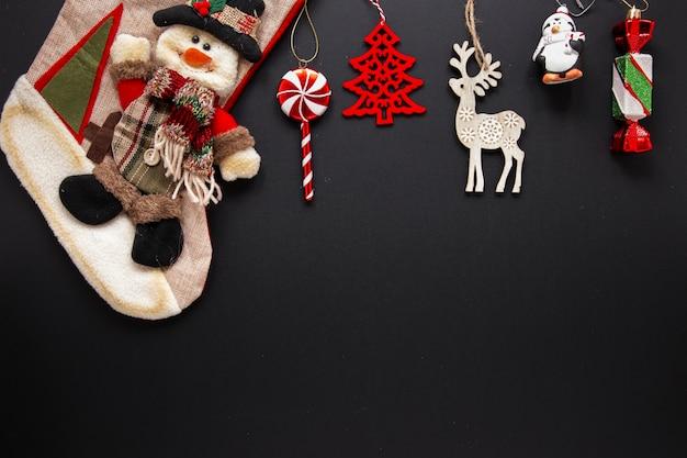 Inzameling van kerstmisornamenten op zwarte achtergrond