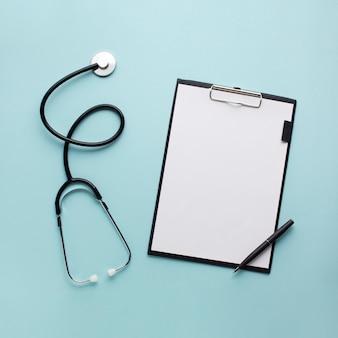 Inzameling van medische apparatuur over het bureau van de arts