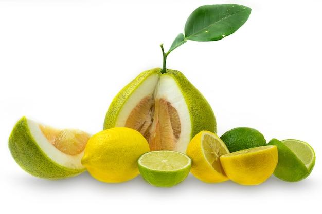Inzameling van pompelmoescitroen en limoenfruit op wit