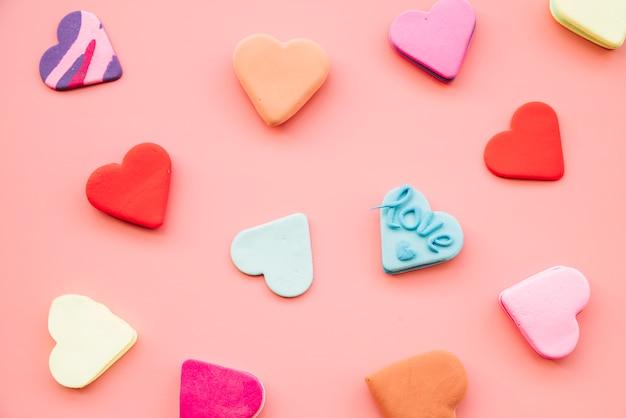 Inzameling van smakelijke verse kleurrijke koekjes in vorm van harten