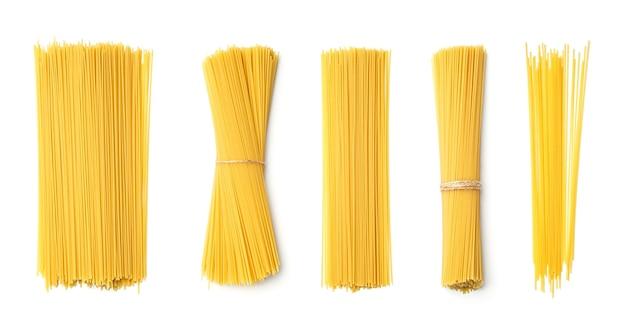 Inzameling van spaghetti die op witte achtergrond wordt geïsoleerd. set van meerdere afbeeldingen. onderdeel van series