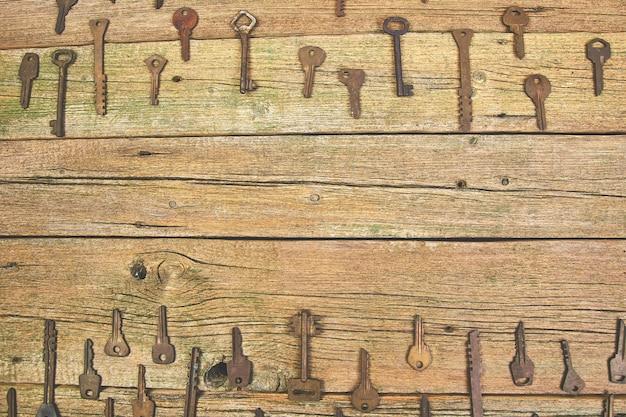 Inzameling van vele verschillende oude retro sleutels, achtergrond